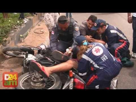 Homem perde o controle de moto e bate no meio fio de Avenida