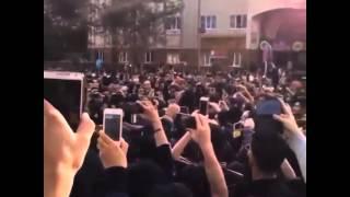 دانلود کلیپ - فیلم - ویدئو - آهنگ یکی هست توسط مردم در مقابل بیمارستان به دلیل فوت مرتضی پاشایی