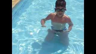 Ni pequeno na piscina