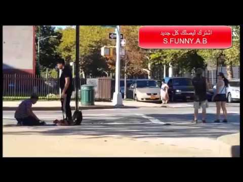 شاب مسلم يتلقى الضرب وهو يصلي في الشارع شاهد ردة فعل الناس