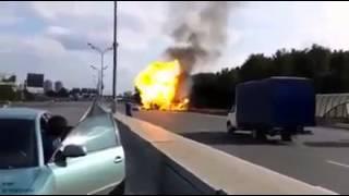 شاهد حادث تصادم سيارة تحمل عبوات الغاز والانفجار الذي حدث