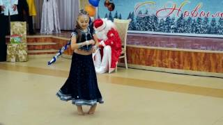 Little Russian Girl dancing on Indian song ! Aaja Nachle !   Downloaded from youpak com