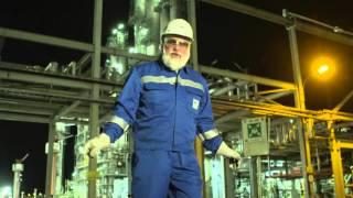 Friedrich Liechtenstein tanzt zu Diamonds Shower vor Raffinerie
