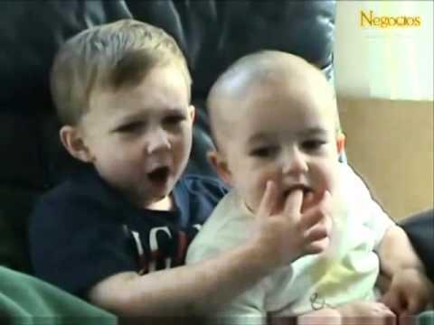 Top 10 bebes riendose a carcajadas