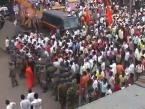 indian Muslim Hoisting Islamic Flag In Maharashtra Infront Of Hindu Extremist
