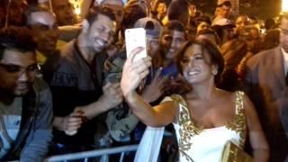 الممثلة التونسية هند صبري تتفاعل مع الجمهور في افتتاح أيام قرطاج السينيمائية