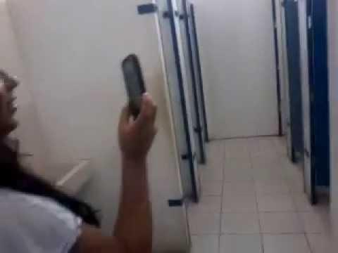 flagra moleque no banheiro da escola kk