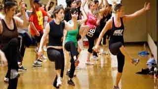 कैसे करते हैं डांस एरोबिक्स - Onlymyhealth.com