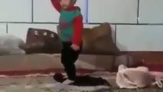 مقطع رقص لفتاة صغيرة مضحك جدا اسم الله عليها
