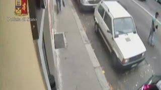 Torino, distraggono gli automobilisti gettando monete a terra e li derubano