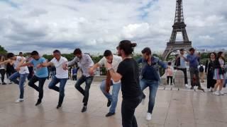 Paris Eyfel Kulesi Önünde Horon
