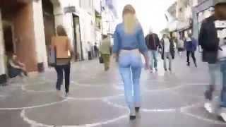 Jeune Fille dessine un pantalon jeans sur son corps et se promene avec - sans remarque