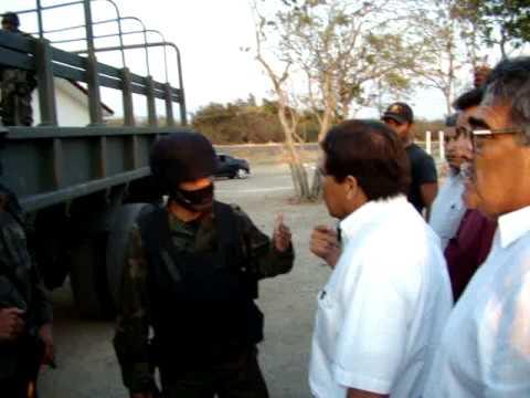 El dia del ejercito militares festejan golpeando a policias y agentes de transito