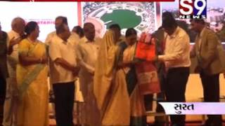 Surat   stri surksa ne dhyan ma rakhi sakhi mandar ne aanandiben patele chek vitaran karyu