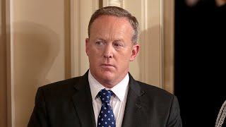 Spicer allows photographs at off-camera White House briefing