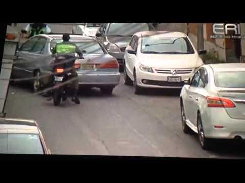 Cámara de seguridad de ERI graba el modo de operar de ladrones de llantas en Puebla.