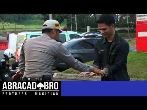 NEKAT! Jual Narkoba Ke Polisi ( Prank Indonesia ) SELL DRUGS TO COP - abracadaBRO Magic