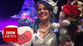 Woman and duvet tie the knot - BBC News