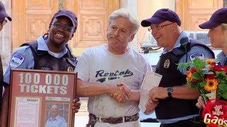 شرطي يحتفل بتحريره لـ100000 مخافة