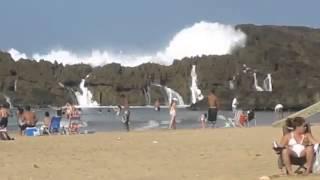 Ola gigante arrasa la playa