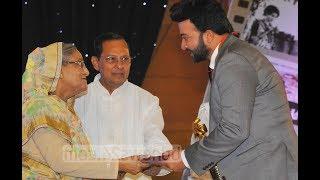 প্রধানমন্ত্রীর হাত থেকে যা নিলেন শাকিব খান ! Shakib Khan hit showbiz news !