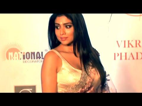 Shriya Saran's BOOBS  Show in BLOUSE & SAREE At Grand Fashion Show 2016