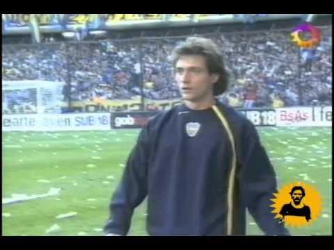 Avalancha en gol de Chelo Delgado a River 2005