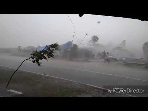 Angin topan terjang alun alun banjarnegara dan memakan korban jiwa
