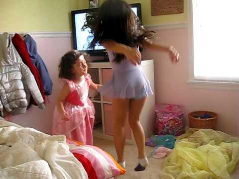 Lauren e Lele dancando pula pula pula.