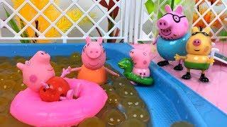 PEPPA PIG EN LA PISCINA VERDADERA SALTOS EN LA PISCINA DE BOLAS CON GEORGE PEDRO MAMA PIG Y PAPA PIG