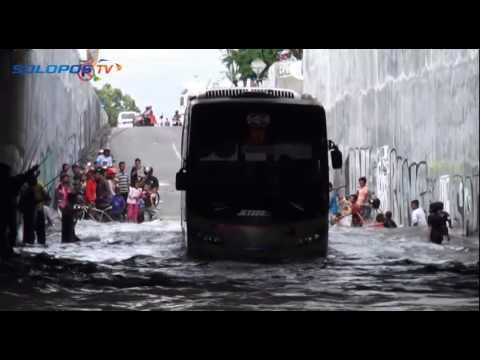 Bus Ini Nekad Menerjang Banjir, Lihat Akibatnya!