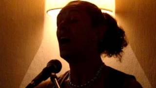 Zezé Ferrari cantando