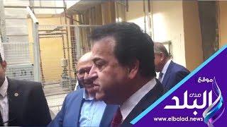 وزير التعليم العالي يستقل عربة مخصصة للمرضى خلال افتتاح وحدات مستشفيات عين شمس