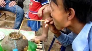 Coco fait l'expérience du Lao hi, un whisky Lao bien spécial!