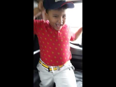 Pinoy viral vid...BatangPinoySinga dancing malay song inside thecar