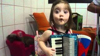 Ana Paula A pequena Telefonista toca sanfona com o vovo