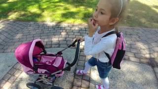 Oyuncak araba ile parkta gezinti,  eğlenceli çocuk videosu