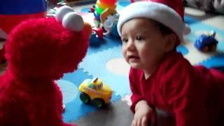 Jugando con Elmo en Navidad