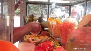 Preparando Fruta Surtida Con Chile Y Limón