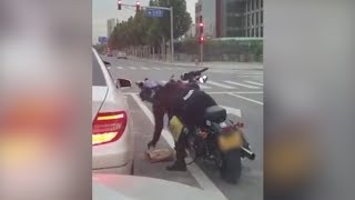 Motorcyclist teaches driver a lesson for littering