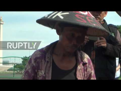 Indonesia: Protesting farmers cement their feet to road outside State Palace