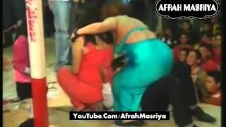 راقصتان فاجرين اخر هيجان على العريس نامو فوق العريس على المسرح فرح سكسى للكبار فقط   Afrah Masriya