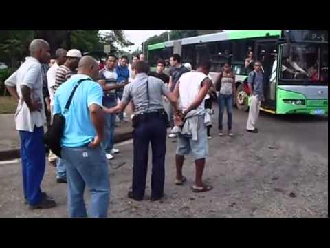 PELEA POLICIA VS BORRACHO EN CUBA