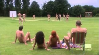 Mundo al reves, en  campo Nudista  entra exhibicionista con ropa