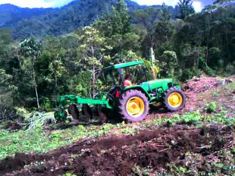 Tractor 5415 John Deere preparando tierra en Coban departamento de Guatemala
