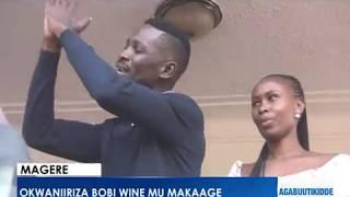 Okwaaniriza Bobi Wine mu maka ge.Abantu beeyiye mu kaka ge.