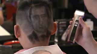 آرایشگر بر روی سر مشتری ها صورت ترامپ و پوتین را می کشد