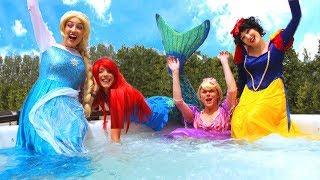 Spiderman et la Reine des neiges Elsa jouent dans le Parc Aquatique avec les Princesses Disney