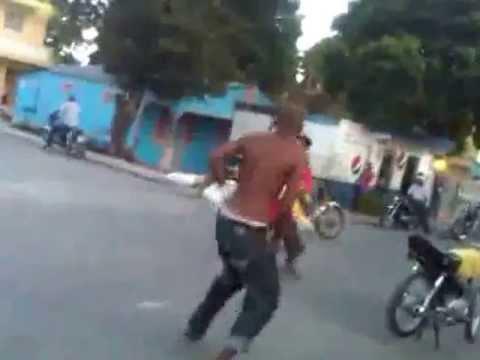 Dos Hombre Peleando A Los Machetazo En nigua