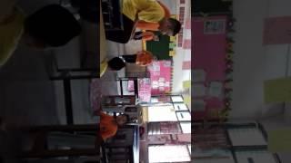 Budak sekolah main lompat tikus
